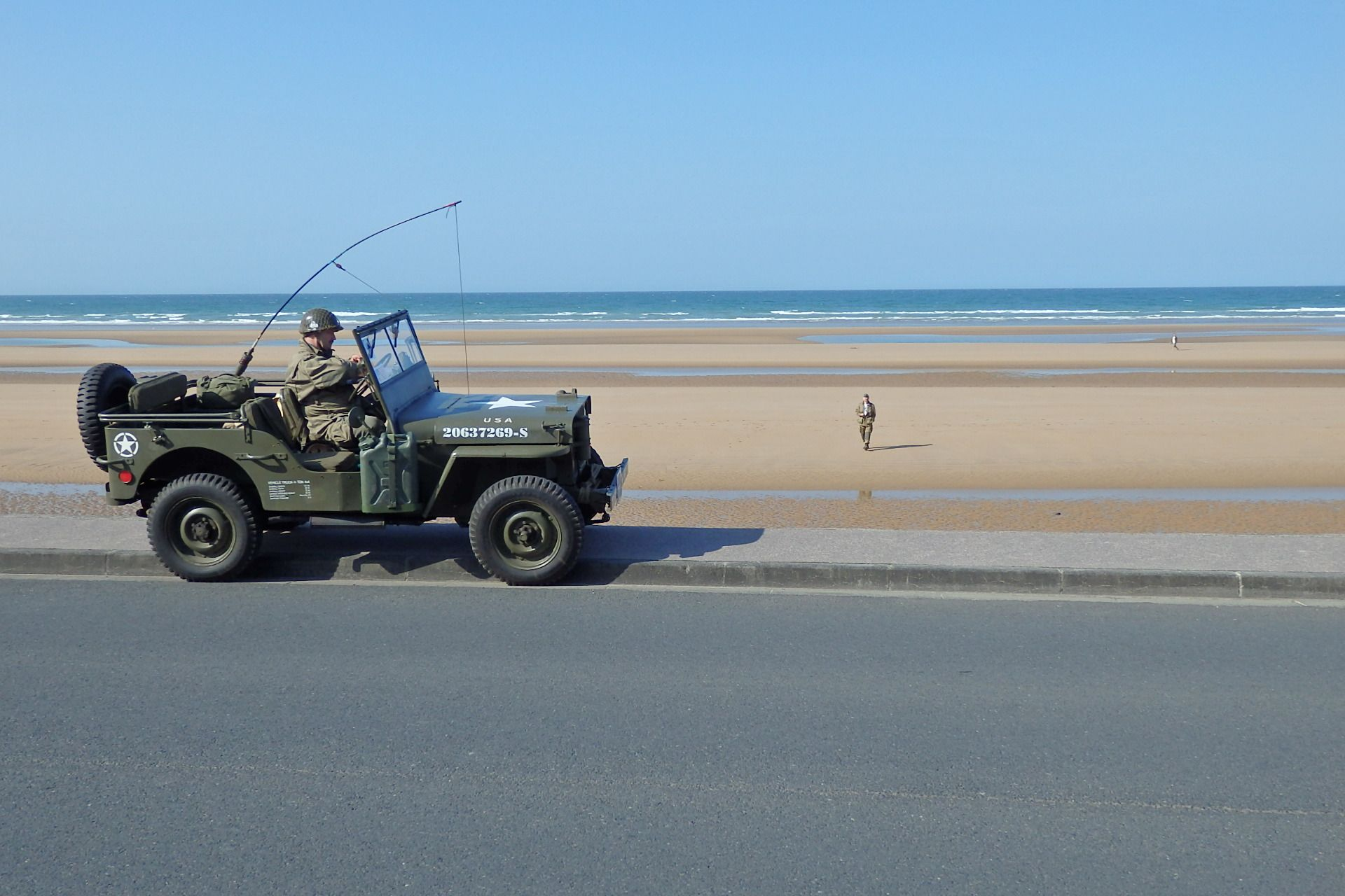 """Ein Original Willis-Jeep Baujahr 1944 am """"Omaha Beach"""". Wahrscheinlich war dieses Fahrzeug 1944 schon mal da."""