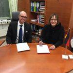 Die Schulleiter Kirsten Gebhard-Albrecht und Tomi Meriläinen unterzeichnen den Vertrag zur Partnerschaft zwischen beiden Schulen.
