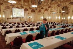(G.Bernhardt) Vorbereitung für die Bundeshauptversammlung. Angelika Sommer richtet die Tische für die Delegierten her.