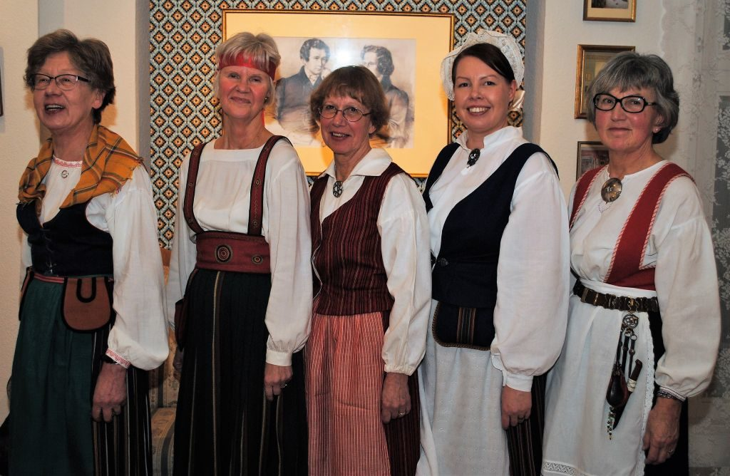 (B.Strotmann): Zur Feier der 100-jährigen Unabhängigkeit Finnlands kamen diese finnischen Damen in der Tracht ihres Heinatdorfes. v.l.n.r.: Pirkko, Ulla, Tea, Riikka und Maija-Leena
