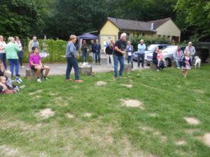 Die Mitglieder der Bezirksgruppe Wiesbaden spielen Mölkky beim Mittsommerfest