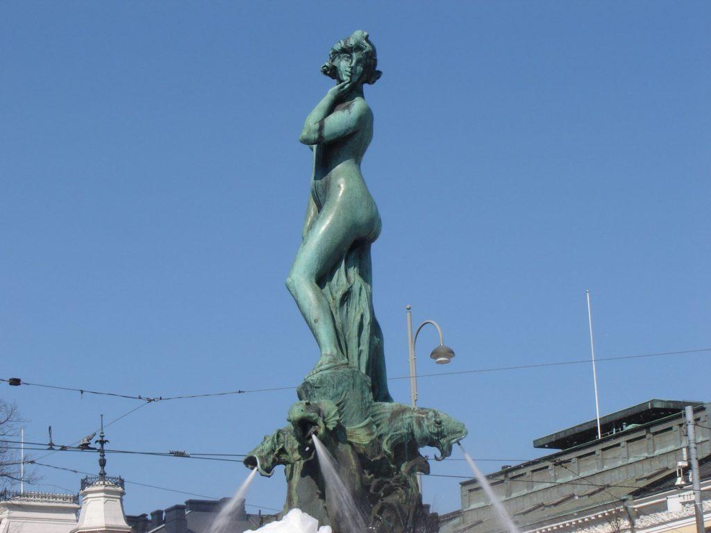 Die Statue der Havis Amanda steht am Marktplatz in Helsinki