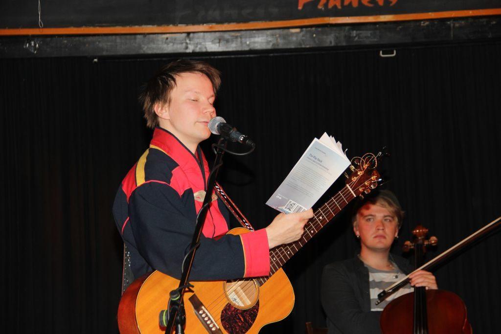 Niilas liest aus seinem Gedichtsband